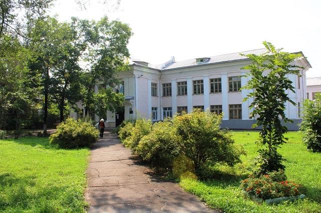 Депутаты добились от мэрии Биробиджана запуска отопления в здании школы №9