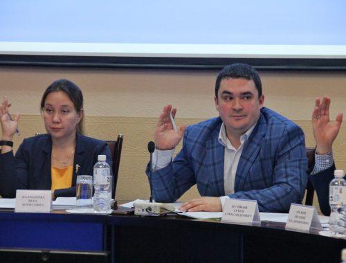 За индексацию зарплат мэру, председателю и зампреду Думы выступили только единороссы — оппозиция блокировала проект решения в комиссиях