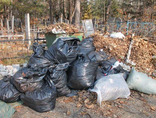 Выброшенные биробиджанцами разбитые памятники осложняют уборку городского кладбища