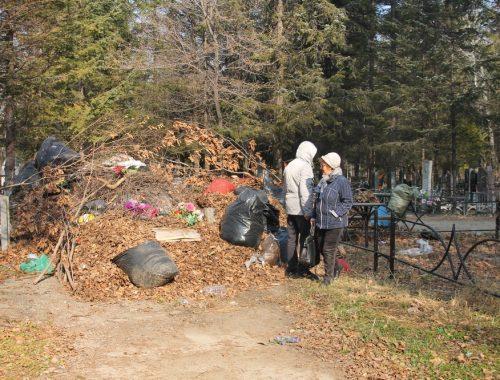 Биробиджанское кладбище вновь заросло мусором