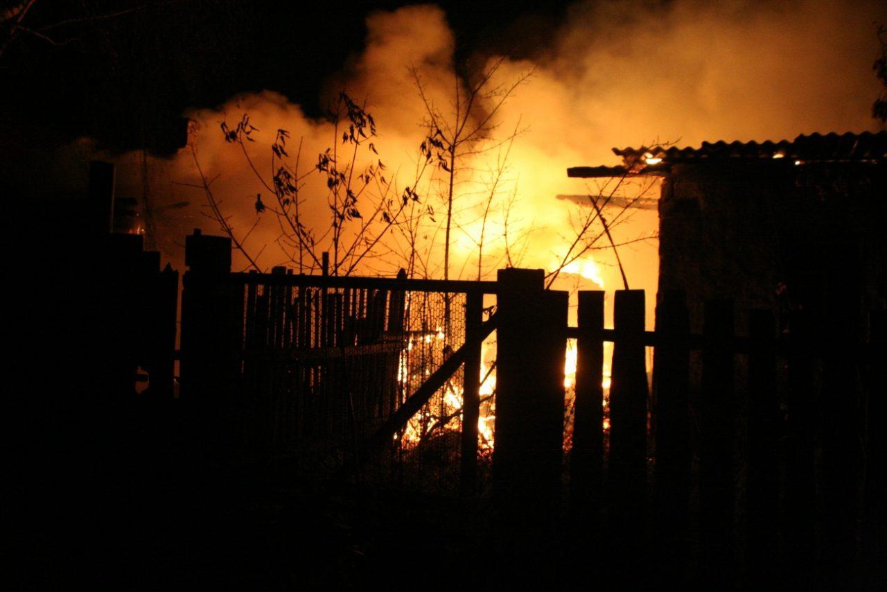 Непотушенный окурок едва не спалил жилой дом в Октябрьском районе