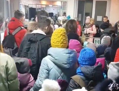 Забывчивостью и нерасторопностью детей объяснил директор гимназии №1 столпотворение на входе