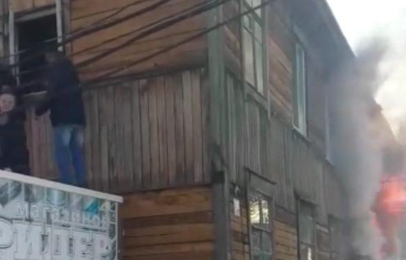 Пожар в двухэтажном бараке на пер. Швейный: жильцов эвакуируют со второго этажа здания при помощи грузовика (ВИДЕО)