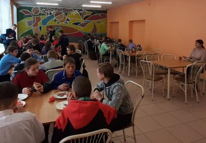 В биробиджанской школе №4 возобновили работу пищеблока