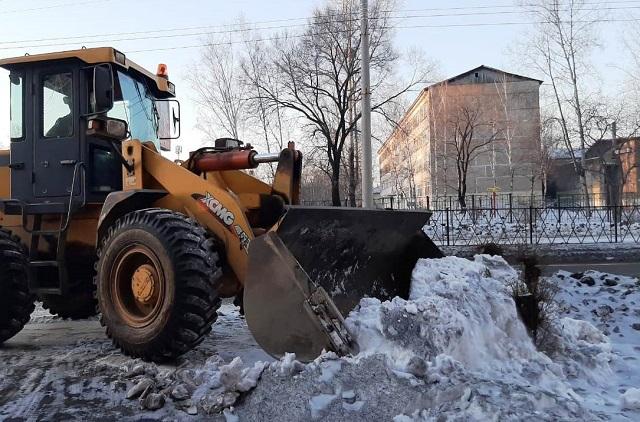 Дождались потепления: коммунальные службы Биробиджана начали вывозить снег