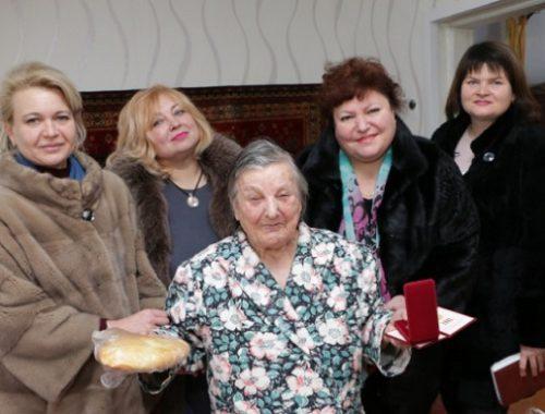 В Крыму чиновницы в дорогих шубах поздравили блокадников батонами хлеба