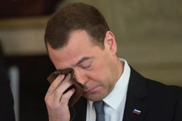 Лидер единороссов Медведев скоропостижно ушёл в отставку с поста премьера после послания Путина