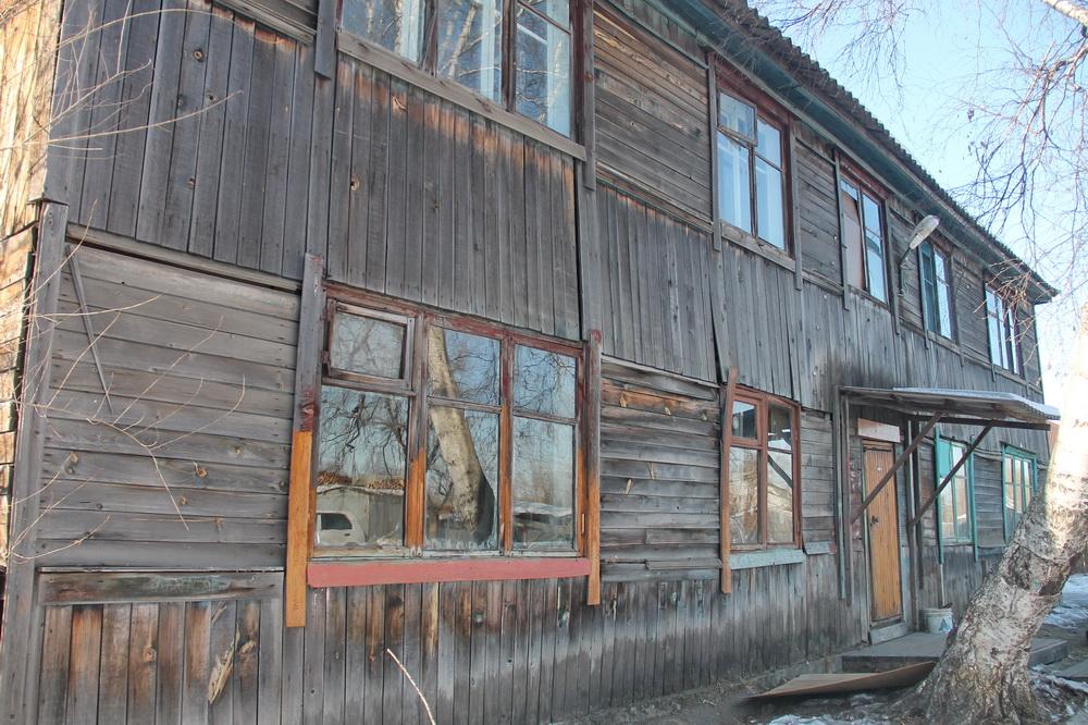 Три биробиджанские семьи «держат оборону» в аварийном доме на улице Кавалерийской