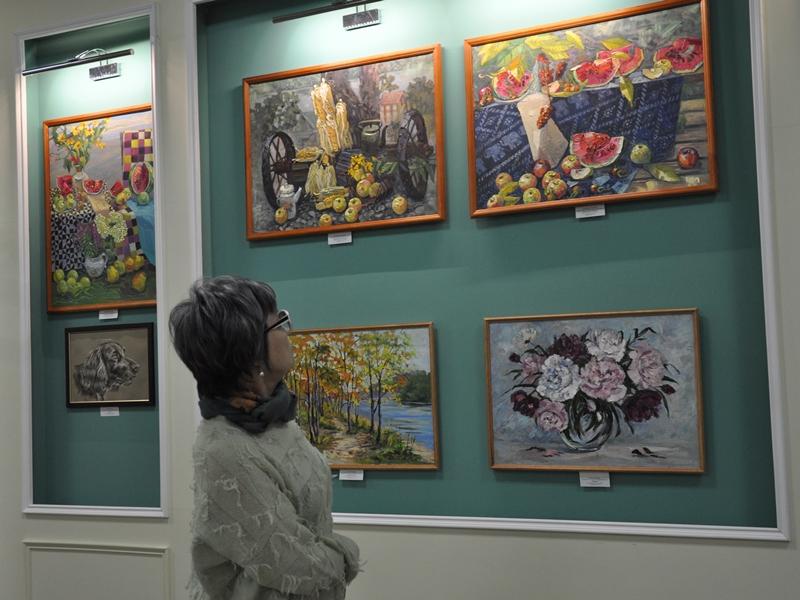 Театр и живопись под одной крышей: выставка картин художников ЕАО открылась в «Кудеснике»