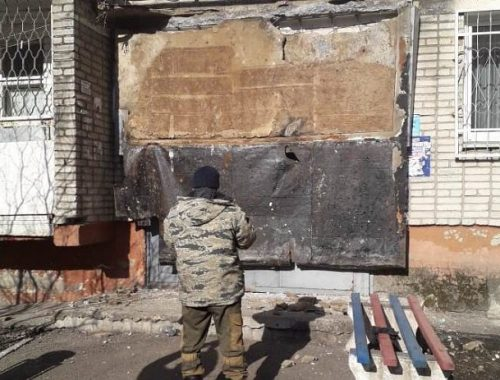 Рухнувший козырек подъезда забаррикадировал жильцов дома в Биробиджане