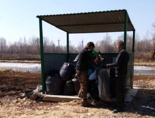 Уборка мусора проходит на Биробиджанском кладбище