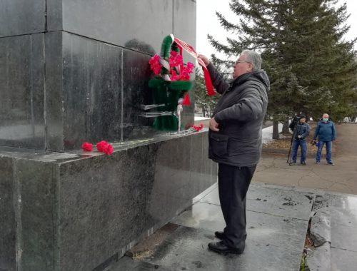 Полным провалом обернулась попытка полиции привлечь депутатов Заксобрания ЕАО за возложение цветов к памятнику Ленина