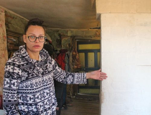 Комбинацию из трех пальцев показали семье подтопленцев в мэрии Биробиджана