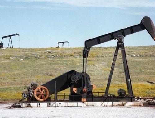 Добыча нефти и газа в России упала почти на 16%