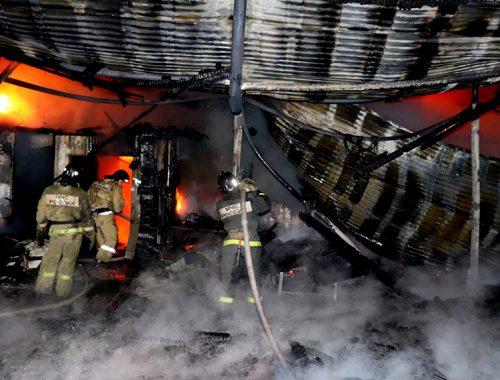 Три часа огнеборцы тушили пожар в шиномонтажной мастерской в Биробиджане (ВИДЕО)
