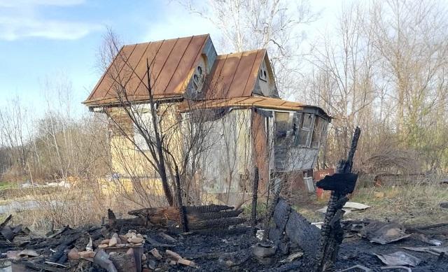 Пожарные спасли от огня домик на Щукинке