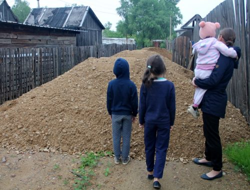 В Биробиджанском районе соседи «изолировали» многодетную семью