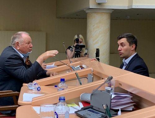 В Саратовской облдуме единоросс бросил бутылку в голову депутату-коммунисту Бондаренко (ВИДЕО)