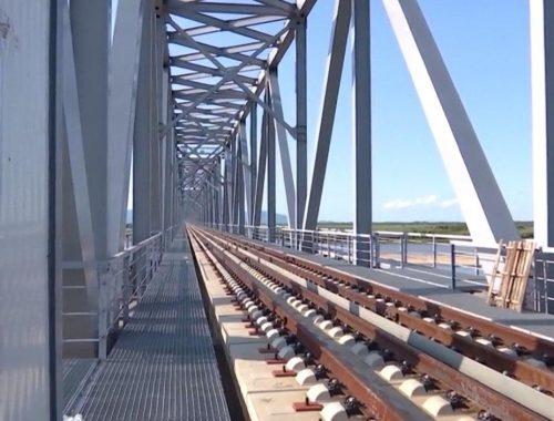 На китайской стороне Нижнеленинского моста уже уложены рельсы