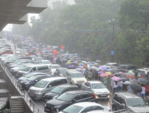 Сильный дождь не помешал хабаровчанам выйти на массовую манифестацию (ФОТО)