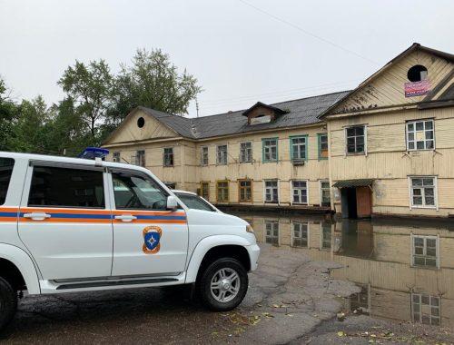 14 человек эвакуировали в ПВР из затопленных домов в Биробиджане после ночного ливня