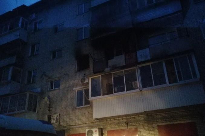 Во время пожара в биробиджанской пятиэтажке мужчина выпрыгнул из окна