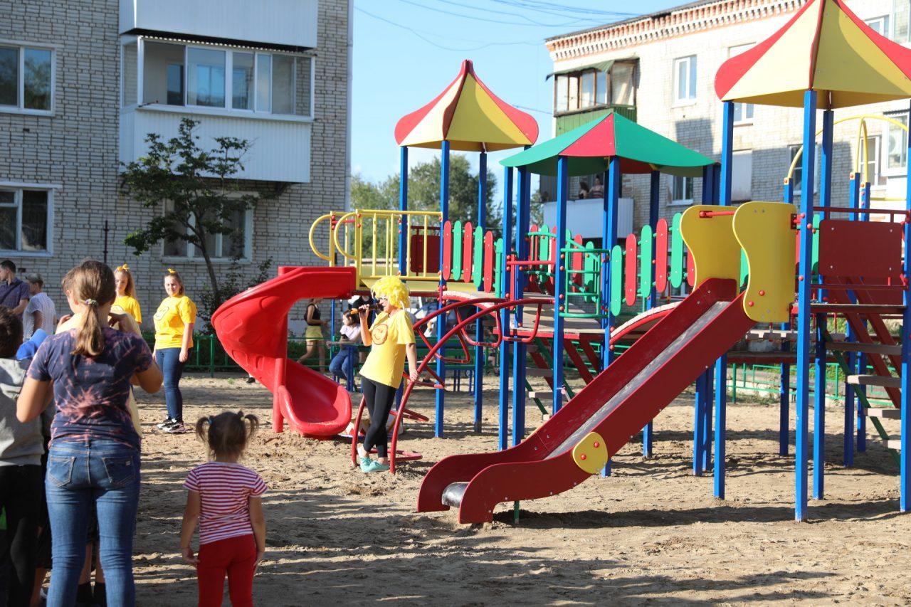 Не прошло и десяти лет: детскую площадку торжественно открыли на Птичнике