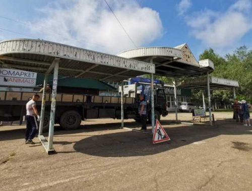 В Биробиджане начался демонтаж двух остановок