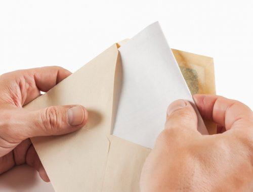 Россияне стали чаще соглашаться на зарплату «в конвертах»