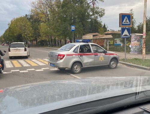 Автомобиль Росгвардии сбил женщину на пешеходном переходе в Биробиджане (ФОТО, ВИДЕО)