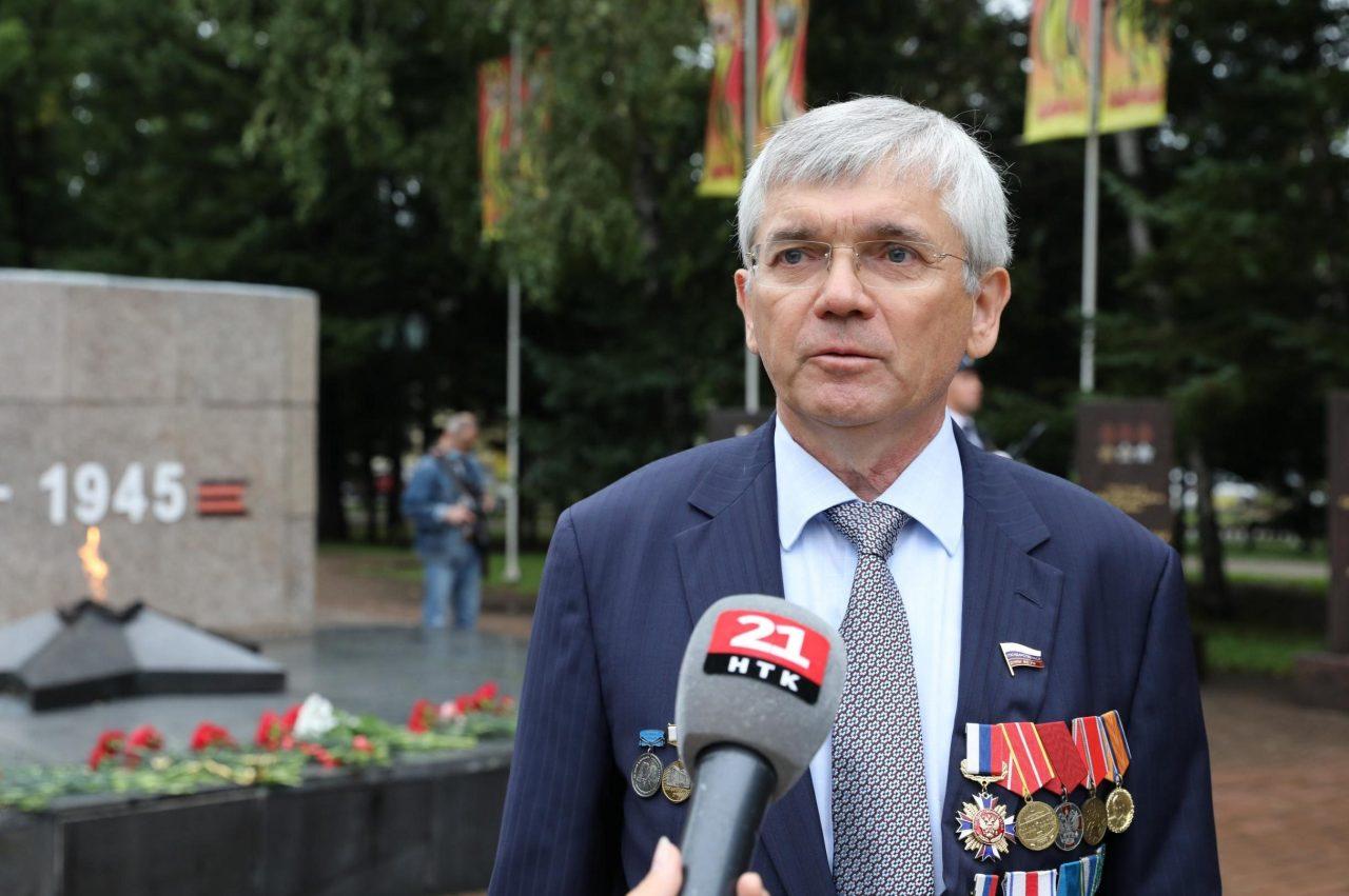 «Как новогодняя ёлка»: будущий кандидат в депутаты Госдумы от ЕАО предстал перед народом с «гирляндами» медалей на груди