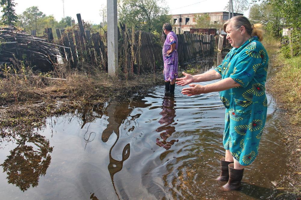 В «водный плен» попали несколько биробиджанских семей на улице Дальней