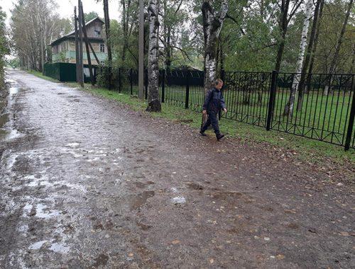 Сквозь ухабы и ямы биробиджанские дети пробираются в школы