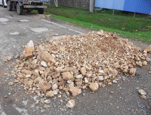 Качество ямочного ремонта в селе Камышовка возмутило местного жителя