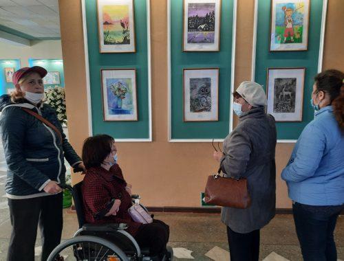В Биробиджане открылась выставка картин Натальи Нелеп и ее учеников