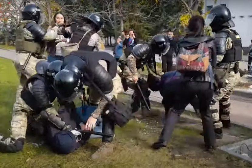Жесткими задержаниями закончилась традиционная протестная манифестация в Хабаровске