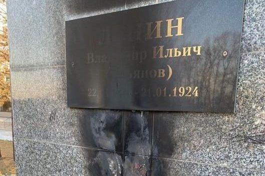 В Ленинском вандалы подожгли искусственные цветы у памятника Ленину — обгорела табличка с именем вождя