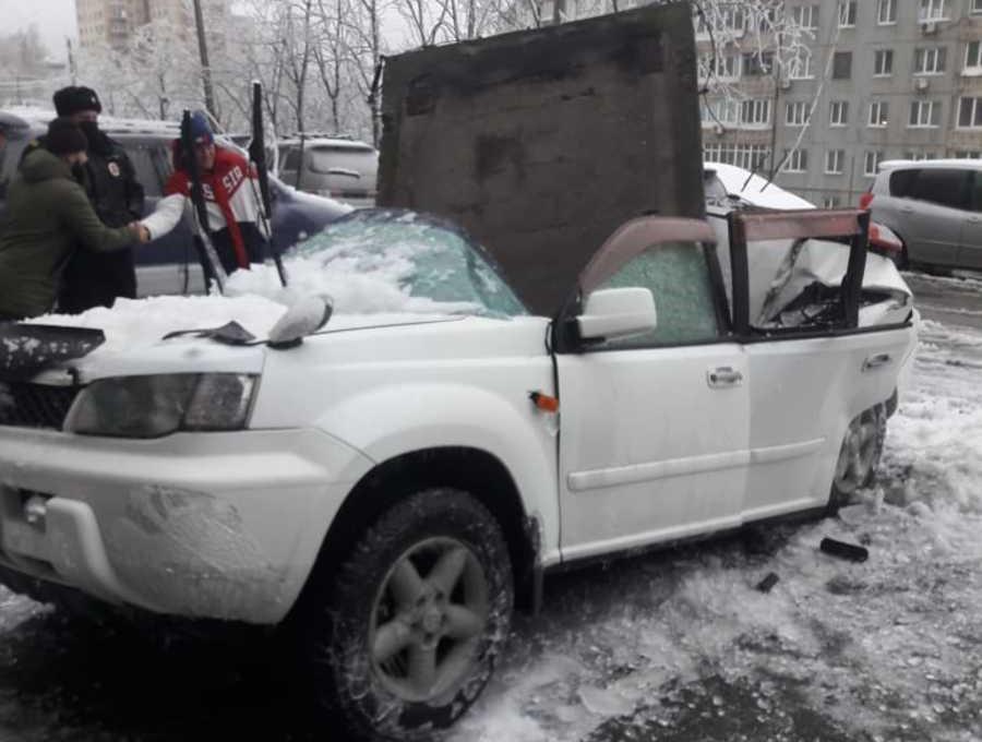 Во Владивостоке бетонная плита оторвалась от дома и рухнула на иномарку