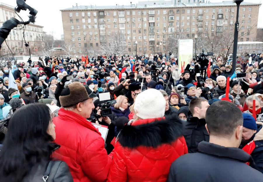 «Дистанту — нет!»: в Москве прошла массовая встреча родительской общественности с депутатами от КПРФ
