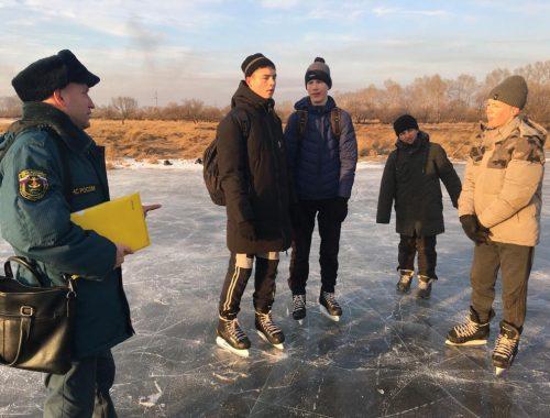 В Ленинском районе воспитатель вывел 10 подростков на лед водоема