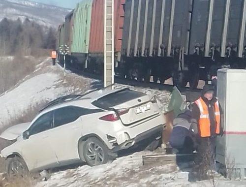 Локомотив «отшвырнул» автомобиль с водителем-нарушителем от ж/д переезда в первый день 2021 г. в Кульдуре