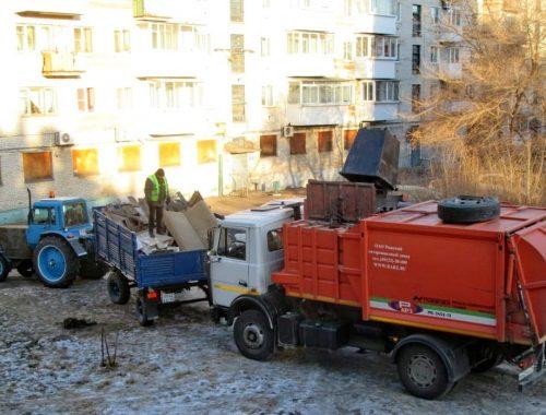 «Ждали детскую площадку, а установили мусорные контейнеры»: жильцов биробиджанского дома «осчастливили» антисанитарной зоной посреди двора