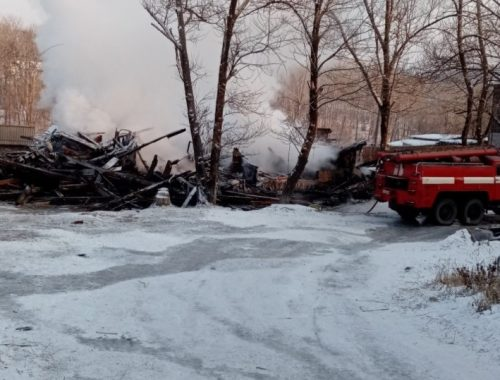 Двухэтажный жилой дом дотла сгорел в Теплоозёрске — прокуратура начала проверку