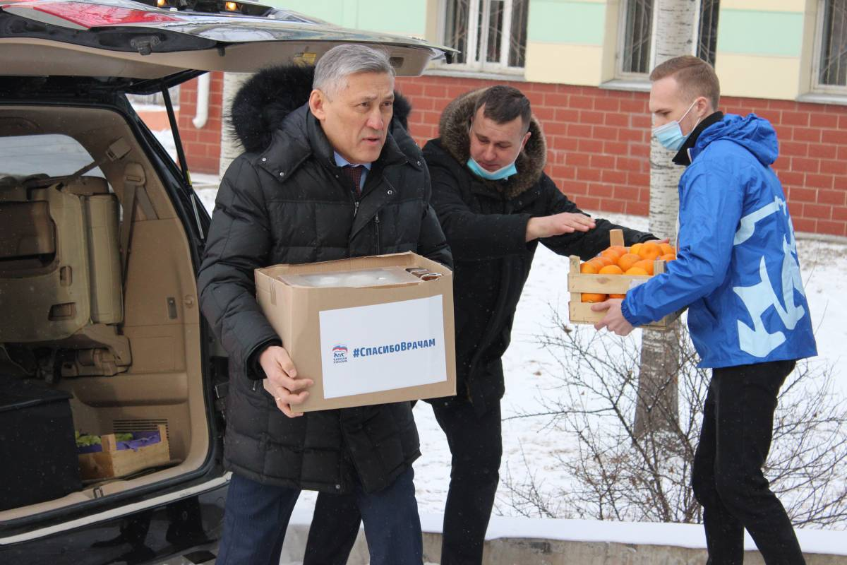 Сенатор помогает мандаринками