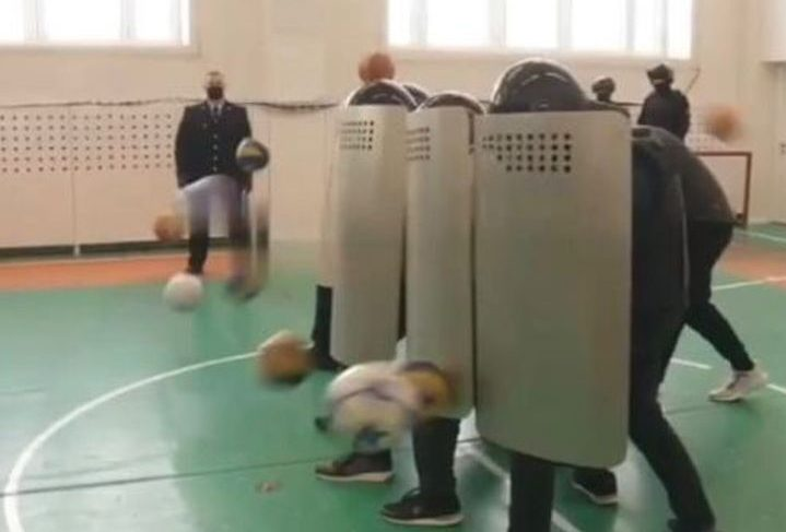 Школьники сыграли в омоновцев и протестующих на уроке профориентации в Нижневартовске