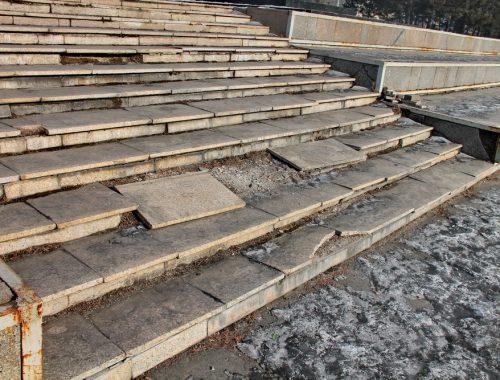 Первостроителям и не снилось: в центре Биробиджана разрушается памятник В.И. Ленину