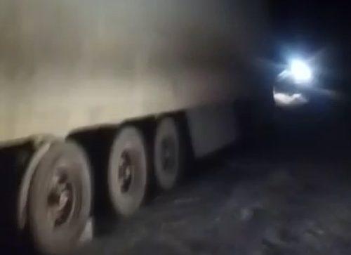Водитель фуры едва не замёрз на федеральной трассе в ЕАО. МЧС ничем не помогло