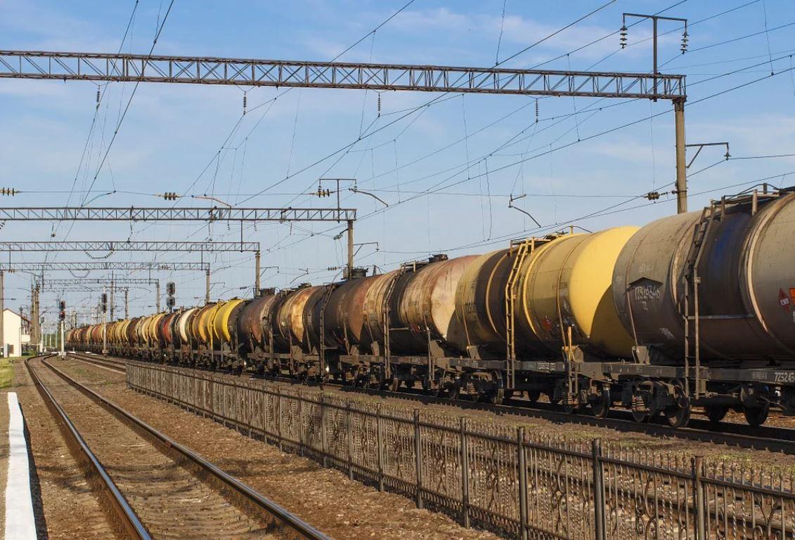 Течь нефтепродуктов замечена в четырёх цистернах поезда, сошедшего с рельсов на участке Волочаевка-2 — Комсомольск-на-Амуре
