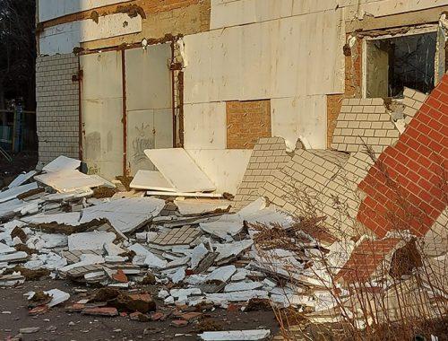 Прокуратура закончила проверку по факту обрушения фасадной плитки с долгостроя в центре Биробиджана