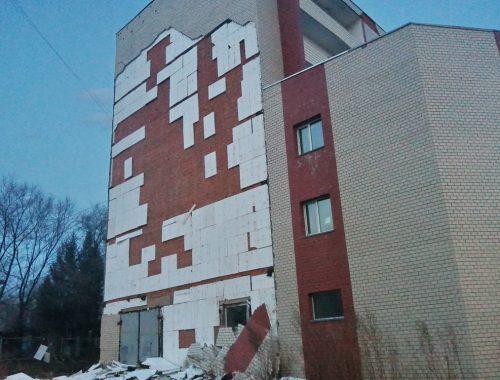 Прокуратура Биробиджана потребовала ограничить доступ посторонних к дому, с фасада которого рухнула облицовка